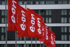 Флаги с логотипом E.ON у офиса компании в Эссене. 7 мая 2015 года. Подконтрольная немецкому E.ON российская генерирующая компания E.ON Russia снизила базовую чистую прибыль в январе-сентябре 2015 года на 32 процента до 8,023 миллиарда рублей, сообщила компания в четверг. REUTERS/Ina Fassbender
