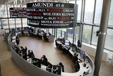 Amundi, qui est à suivre sur le marché parisien, a fait ses débuts en Bourse avec l'assurance d'une entreprise leader de la gestion d'actifs en Europe et familière des marchés. Le titre, plus gros volume de la cote, cote 46,67 euros à 13h35, en hausse de 3,71% par rapport à son prix d'introduction. Le CAC 40, de son côté, cède 0,9% à 4.908,11 points à 13h50. /Photo prise le 12 novembre 2015/REUTERS/Jacky Naegelen