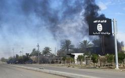 """Флаг """"Исламского государства"""" в иракском городе Дияла. 24 ноября 2014 года. Экстремистская группировка """"Исламское государство"""" выпустила видео, в котором пригрозила России атаками в скором времени, сообщила мониторинговая группа SITE. REUTERS/Stringer"""