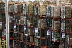 Unos productos empaquetados en un centro de Amazon en Tracy, EEUU, ago 3, 2015. Los inventarios empresariales de Estados Unidos subieron imprevistamente en septiembre, con unas ventas planas, sugiriendo que la estimación oficial del crecimiento económico del tercer trimestre podría ser revisada al alza.   REUTERS/Robert Galbraith