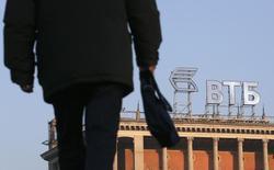 Логотип ВТБ на крыше здания в Москве. 20 ноября 2014 года. Второй по величине госбанк РФ ВТБ ждет в 2016 году роста чистой прибыли до 50 миллиардов рублей с около нуля в 2015 году на фоне восстановления чистой процентной маржи и умеренных расходов на риск, сказал в ходе телеконференции финансовый директор банка Герберт Моос. REUTERS/Maxim Zmeyev