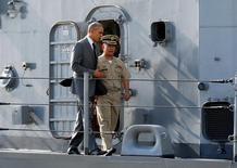 Presidente dos EUA, Barack Obama, no porto de Manila, após visita ao principal navio de guerra das Filipinas .   17/11/2015    REUTERS/Jonathan Ernst