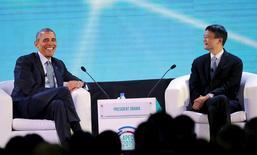 El presidente de Estados Unidos, Barack Obama, junto al presidente ejecutivo de Alibaba, Jack Ma, durante la cumbre del Foro de Cooperación Económica del Asia Pacífico (APEC) en Manila, 18 de noviembre de 2015. El presidente de Estados Unidos, Barack Obama, se tomó algo de tiempo libre el miércoles en la cumbre de Asia-Pacífico para un cometido algo extraño: hacer preguntas al magnate chino de Internet Jack Ma y a una joven emprendedora filipina sobre los lazos entre gobierno y negocios en un panel de debate. REUTERS/Aaron Favila/Pool