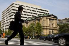 La banque du Japon a maintenu le rythme de sa politique d'assouplissement inchangé jeudi à l'issue de sa réunion de politique monétaire, conservant l'espoir d'un redémarrage de l'économie malgré la faiblesse des investissements, de la production et des exportations. /Photo prise le 30 octobre 2015/REUTERS/Thomas Peter