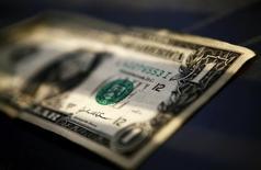 Долларовая банкнота. Торонто, 26 марта 2008 года. Доллар сдал позиции к основным валютам на азиатских торгах в четверг после достижения пика семи месяцев на прошлой сессии на фоне усиливающихся ожиданий повышения ключевой ставки в США. REUTERS/Mark Blinch