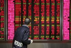 Инвестор в брокерской конторе в Пекине. 17 ноября 2015 года. Китайские акции закрылись почти без изменений в пятницу, поскольку беспокойство перед волной IPO и в связи с неопределенностью относительно продолжительности ралли фондового рынка затмило новые меры Центробанка по смягчению политики. REUTERS/Li Sanxian