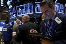 La Bourse de New York a fini en hausse de quelque 0,5% vendredi, signant ainsi sa meilleure performance hebdomadaire depuis plus d'un mois, à la faveur notamment de la bonne tenue du compartiment pharmaceutique et de celui regroupant les biens de consommation courante. /Photo prise le 16 novembre 2015/REUTERS/Brendan McDermid
