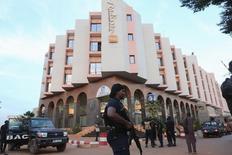"""Малийский полицейский охраняет гостиницу Radisson в Бамако. 20 ноября 2015 года. Следователи Мали изучают """"несколько зацепок"""" в деле о нападении на отель Radisson Blu, жертвами которого стали 19 человек, сообщило государство в воскресенье. REUTERS/Joe Penney"""