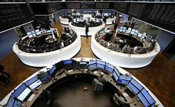 Les Bourses européennes restent orientées en baisse lundi à la mi-séance malgré de bons indicateurs d'activité en Europe, dans un contexte de poursuite de la hausse du dollar et de chute des cours des matières premières et du pétrole. À la Bourse de Paris, l'indice CAC 40 perd 0,89% vers 12h35 tandis que le DAX cède 0,44% à Francfort. /Photo prise le 4 novembre 2015/REUTERS/Ralph Orlowski