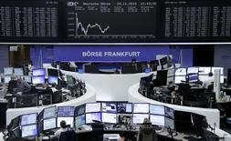 Operadores trabajando en la Bolsa de Fráncfort, Alemania, 24 de noviembre de 2015. Las bolsas europeas abrieron a la baja el martes, presionadas por los resultados decepcionantes de Zodiac Aerospace y Kingfisher. REUTERS/Staff/Remote