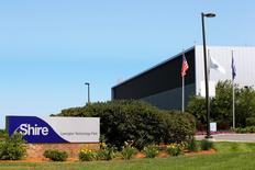Le groupe pharmaceutique Shire s'apprête à lancer une nouvelle offre de rachat du laboratoire américain de biotechnologie Baxalta qui déboucherait sur la création d'un des leaders mondiaux des traitements de maladies rares,selon une source directement informée de l'affaire. /Photo d'archives/REUTERS/Brian Snyder