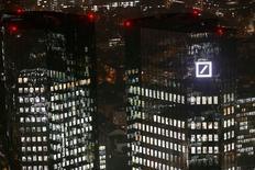 Штаб-квартира Deutsche Bank во Франкфурте-на-Майне. 28 октября 2015 года. Львиная доля запланированного сокращения штата в Deutsche Bank придется на немецкое подразделение по работе с частными клиентами, сообщила газета Handelsblatt со ссылкой на уведомление, адресованное совету предприятия. REUTERS/Kai Pfaffenbach