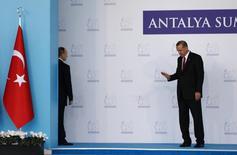 Президенты России и Турции Владимир Путин и Тайип Эрдоган на саммите G20 в Анталье. 15 ноября 2015 года. Президент Турции Реджеп Тайип Эрдоган попросил Владимира Путина встретиться в Париже 30 ноября, однако Кремль не комментирует возможность такой встречи. REUTERS/Murad Sezer