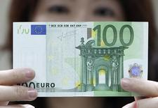 An employee checks an Euro note at the Bank of Taiwan head office in Taipei May 10, 2010.  REUTERS/Pichi Chuang