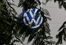 Les dirigeants de Volkswagen savaient il y a un an déjà que les émissions polluantes de certaines voitures du groupe étaient nettement plus élevées que ce qui était annoncé officiellement, selon le journal Bild am Sonntag. /Photo prise le 5 novembre 2015/REUTERS/Marcelo del Pozo