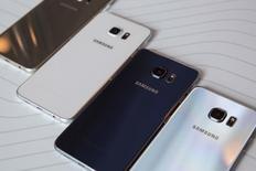 Телефоны Samsung Galaxy S6 Edge+ на мероприятии в Нью-Йорке. 13 августа 2015 года. Многолетний руководитель мобильного подразделения Samsung Electronics Co Ltd уступит оперативное управление слабеющим бизнесом в рамках крупнейшей смены менеджмента, проведенной под руководством вероятного преемника нынешнего главы корейского конгломерата. REUTERS/Andrew Kelly