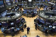 Wall Street a ouvert en hausse mardi pour la première séance du mois de décembre, dans un marché rassuré par un indicateur sur l'activité manufacturière en Chine mais surtout focalisé sur les indicateurs américains à venir cette semaine, avant la réunion cruciale de la Réserve fédérale les 15 et 16 décembre. L'indice Dow Jones gagne 0,41% après cinq minutes d'échanges, le Standard & Poor's 500 progresse de 0,48% et le Nasdaq Composite prend 0,39%. /Photo prise le 6 novembre 2015/REUTERS/Brendan McDermid