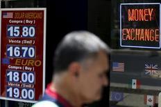 Una persona pasa frente a una casa de cambios en Ciudad de México, ago 24, 2015. Las remesas a México crecieron 1.7 por ciento en octubre interanual, la menor tasa de expansión en un semestre, según datos divulgados el martes por el banco central.  REUTERS/Edgard Garrido