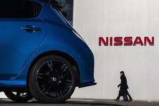 Le conseil d'administration de Nissan a renoncé lundi à exiger les droits de vote liés aux 15% du capital de Renault qu'il détient depuis 2002, en raison de l'opposition de l'État français à cette requête, lit-on mercredi dans le Figaro, qui dit avoir consulté un document dont il ne précise pas la nature. /Photo prise le 9 février 2015/REUTERS/Thomas Peter