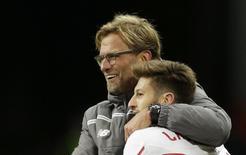 Técnico Juergen Klopp e meia Adam Lallana durante partida do Liverpool na Liga Europa.  05/11/2015  Action Images via Reuters / Henry Browne Livepic