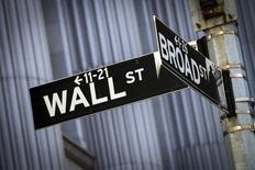 La Bourse de New York a fini dans le rouge mercredi, la baisse marquée des cours du pétrole et les dernières déclarations de la présidente de la Réserve fédérale, Janet Yellen, sur la possibilité d'une hausse des taux d'intérêt ayant pesé sur la tendance en fin de séance. Le Dow Jones a cédé 158 points, soit 0,88%, à 17.730,35. /Photo d'archives/REUTERS/Brendan McDermid
