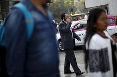 Una persona conversando por teléfono móvil en Ciudad de México, oct 8, 2015. La firma mexicana de telecomunicaciones Axtel dijo el viernes que prevé realizar una asamblea extraordinaria de accionistas el próximo 15 de enero para aprobar la fusión con la telefónica  Alestra, unidad del conglomerado Alfa.  REUTERS/Edgard Garrido