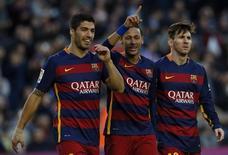 Jogadores (e/d) Luis Suárez, Neymar e Lionel Messi durante jogo do Barcelona contra o Real Sociedad, em novembro. 28/11/2015 REUTERS/Albert Gea