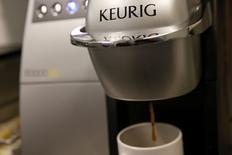 Le spécialiste américain des machines à café à dosettes Keurig Green Mountain va être racheté par un groupe d'investisseurs emmené par l'allemand JAB Holding pour environ 13,9 milliards de dollars (12,8 milliards d'euros). Coca-Cola, le principal actionnaire de Keurig avec 17,4% des parts, s'est déclaré totalement favorable à l'opération. /Photo prise le 6 février 2015/REUTERS/Shannon Stapleton