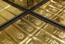 Золотые слитки в магазине Ginza Tanaka в Токио 18 апреля 2013 года. Цены на золото медленно растут после 1,5-процентного спада в понедельник, вызванного ожиданиями повышения ставок ФРС и укреплением доллара. REUTERS/Yuya Shino