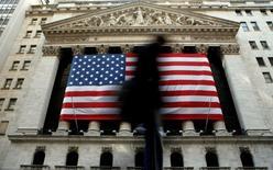 La Bourse de New York a ouvert en nette baisse mardi, les derniers chiffres du commerce extérieur chinois ayant ravivé les craintes d'un ralentissement marqué de l'économie mondiale, sur fond de baisse ininterrompue des cours du pétrole. Quelques minutes après le début des échanges, le Dow Jones perdait 1,18%, le Standard & Poor's 500 1,11% et le Nasdaq Composite 1,07%. /Photo d'archives/REUTERS/Brendan McDermid