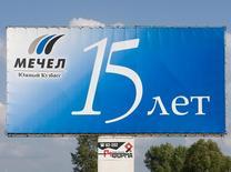 Щит с рекламой Мечела в Междуреченске. 29 июля 2008 года. Мечел надеется договориться со Сбербанком о реструктуризации долга до марта, когда акционеры компании рассмотрят сделки с ключевыми кредиторами, сообщил в четверг представитель горно-металлургического холдинга. REUTERS/Andrei Borisov