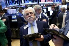 Une faible progression en 2015 et les attentes d'une amélioration de la croissance des profits des entreprises américaines pourraient permettre à Wall Street de poursuivre son mouvement haussier l'année prochaine mais la progression de son indice phare ne sera que de 5%, selon une enquête réalisée par Reuters. /Photo prise le 11 décembre 2015/REUTERS/Brendan McDermid