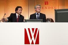 L'ex-président du directoire de la société d'investissement Wendel Jean-Bernard Lafonta (à gauche aux côtés du président de l'époque Ernest-Antoine Sellière) a été condamné lundi à une amende de 1,5 million d'euros dans une affaire financière. /Photo d'archives/REUTERS/Benoit Tessier