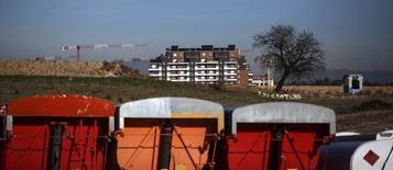 La Comisión Nacional de los Mercados y la Competencia (CNMC) dijo el lunes que ha impuesto una multa de 9,3 millones de euros a varias empresas de alquiler y venta de construcciones modulares, entre ellas la filial de ACS Dragados, por fijación de precios y reparto de adjudicaciones y clientes. En la imagen de archivo, una vista general de un lugar de construcción en Madrid. REUTERS/Andrea Comas