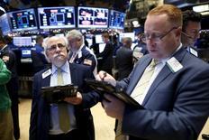 Operadores trabajando en la bolsa de Wall Street en Nueva York, dic 11, 2015. Las acciones estadounidenses subieron el lunes, recuperando parte del desplome de la semana pasada, ayudadas por un rebote de los precios del petróleo mientras los inversionistas aguardan a que la Reserva Federal suba la tasa de interés de referencia de Estados Unidos.  REUTERS/Brendan McDermid  - RTX1Y9HT