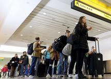 Pasajeros en el aeropuerto La Guardia de Nueva York, nov 25, 2015. Las presiones de inflación subyacente en Estados Unidos subieron en noviembre, lo que podría dar a la Reserva Federal más confianza para subir las tasas de interés el miércoles, pese a que la debilidad en los valores de la gasolina mantuvo contenidos a los precios en general.  REUTERS/Brendan McDermid
