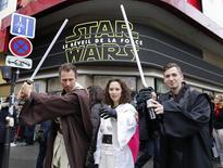Fãs de Star Wars posam com fantasias ligadas à série em frente de cinema em Paris. 16/12/2015 REUTERS/Jacky Naegelen