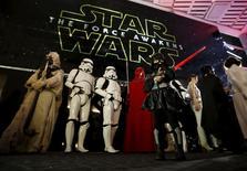 """Fãs caracterizados aguardam início do filme """"Star Wars: O Despertar da Força"""" em Tóquio, no Japão, nesta sexta-feira. 18/12/2015 REUTERS/Issei Kato"""