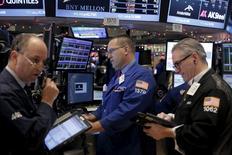 Трейдеры на фондовой бирже в Нью-Йорке. 22 декабря 2015 года. Американские фондовые индексы выросли в ходе торгов во вторник после выхода данных о превысившем ожидания росте ВВП США за третий квартал и на фоне отскока цен на нефть с многолетних минимумов. REUTERS/Lucas Jackson