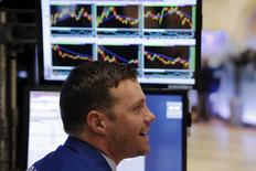 Трейдеры на фондовой бирже в Нью-Йорке. 21 декабря 2015 года. Фондовый рынок США повсеместно рос во вторник на фоне небольшого увеличения нефтяных цен, а также статистики, свидетельствующей о здоровом росте американской экономики в третьем квартале. REUTERS/Lucas Jackson