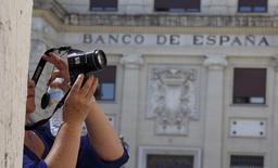 El ministerio de Economía español anunció el miércoles que la emisión bruta de deuda prevista en 2016 ascenderá a 226.694 millones de euros frente a los 236.817 millones de euros del ejercicio que termina. En la imagen, una mujer toma una foto enfrente del Banco de España en la ciudad de Sevilla, el 24 de junio de 2015. REUTERS/Marcelo del Pozo