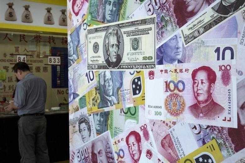 图为香港一家外汇兑换店,一名顾客在兑换钞票。REUTERS/Tyrone Siu
