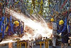 Las ganancias obtenidas por las empresas industriales chinas en noviembre cayeron un 1,4 por ciento respecto al año anterior, lo que supone un sexto mes consecutivo de descensos, según mostraron estadísticas oficiales publicadas el domingo. Imagen de archivo de trabajadores en una línea de producción en una factoría de Dongfeng Nissan Passenger Vehicle Co. en Zhengzhou, provincia de Henan, China. 12 noviembre 2015. REUTERS/Stringer