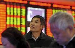 Las bolsas chinas cayeron más de un 2 por ciento el lunes, su mayor caída en un mes, ya que pesaron sobre el mercado los débiles datos de beneficios industriales y una inminente reforma sobre cómo cotizarán las empresas. En la imagen, un inversor mira a una pizarra electrónica en una casa de valores en Fuyang, provincia de Anhui, China, el 18 de noviembre de 2015.  REUTERS/Li Sanxian
