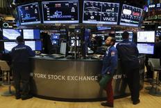 Трейдеры работают на фондовой бирже Нью-Йорка.  Основные надежды инвесторов на успехи торгов на Уолл-стрит в последние дни года связаны с финансовым сектором по мере того, как 2015 год близится к завершению. REUTERS/Lucas Jackson