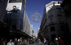 Les magasins espagnols ont embauché en novembre au rythme le plus élevé depuis huit ans pour préparer une saison de Noël qui a probablement été faste en dépit des incertitudes politiques. Les embauches dans le secteur du commerce de détail ont augmenté de 1,8% par rapport au même mois de 2014, soit leur plus forte hausse depuis décembre 2007. /Photo prise le 13 novembre 2015/REUTERS/Andrea Comas