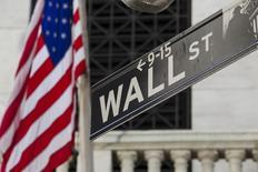 Una bandera de Estados Unidos a las afueras de la bolsa de Wall Street en Nueva York, ago 26, 2015. En todos los sentidos, el próximo debería de ser un buen año para el mercado de acciones de Estados Unidos.    REUTERS/Lucas Jackson