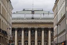 Les principales Bourses européennes ouvertes jeudi ont débuté dans le rouge mais cette dernière séance de l'année s'annonce peu animée, d'autant qu'elle sera écourtée.À Paris, l'indice CAC 40 abandonne 0,43% à 9h15. Euronext fermera à 14h05. /Photo d'archives/REUTERS/Charles Platiau