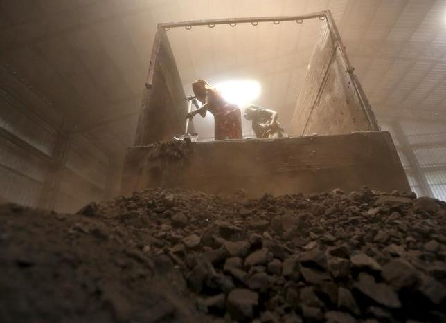 Workers unload coal from a supply truck at a yard on the outskirts of Ahmedabad April 15, 2015. REUTERS/Amit Dave/Files