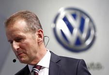 Herbert Diess, CEO de Volkswagen AG, saliendo de una presentación en el 44° Auto Show de Tokio, en Tokio, Japón, 28 de octubre de 2015. El jefe de la marca Volkswagen AG dijo el martes estar confiado de que la automotriz alemana llegará a un acuerdo con los reguladores estadounidenses para asegurar que casi 500.000 vehículos diésel cumplan con las leyes de emisiones. REUTERS/Yuya Shino
